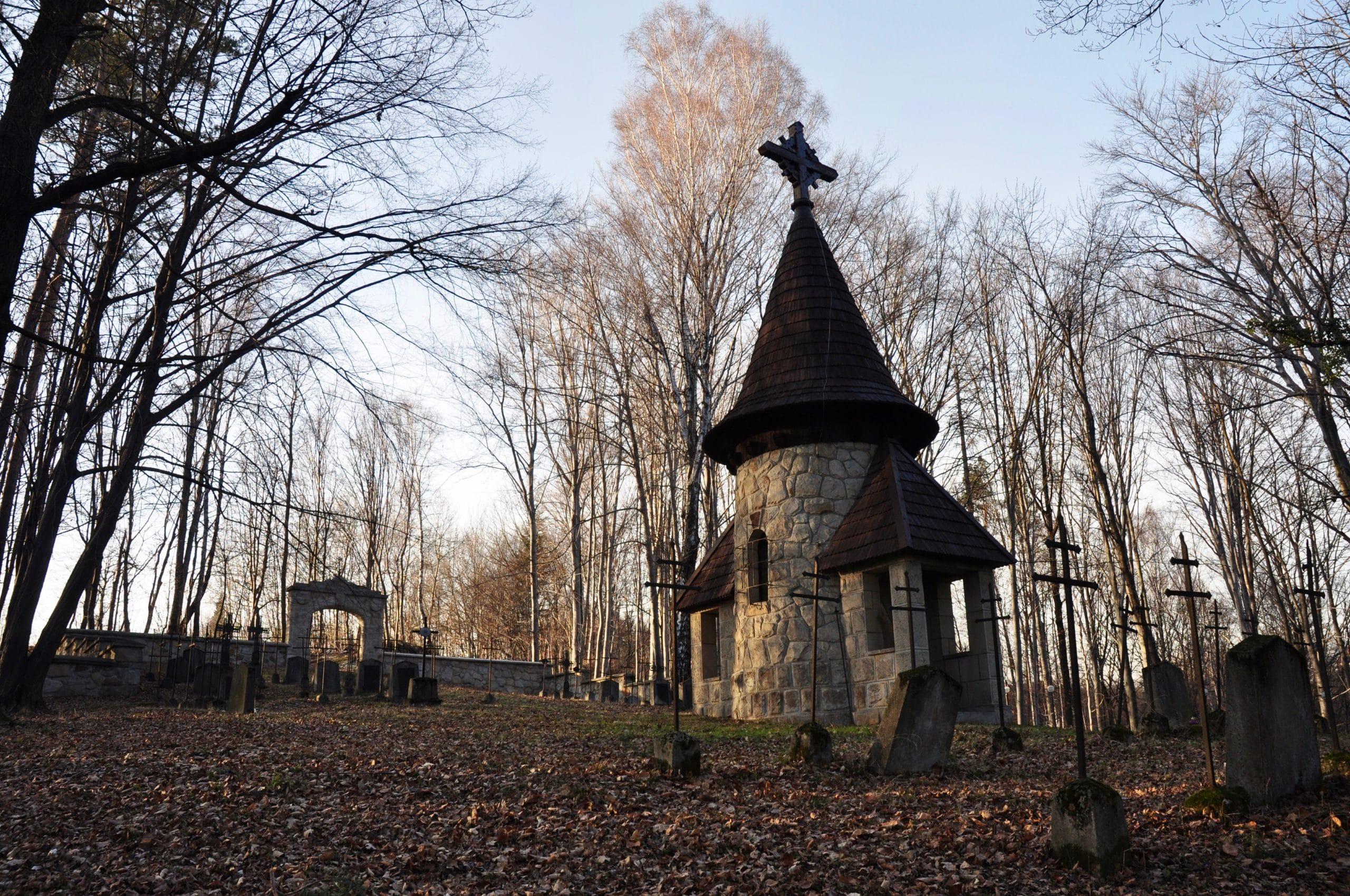 Cmentarz wojenny nr 310 Leszczyna, widok na kaplicę cmentarna i brame wejściową
